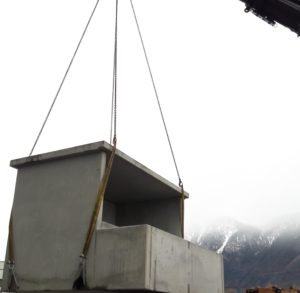 Station transformatrice monobloc en cours de pose