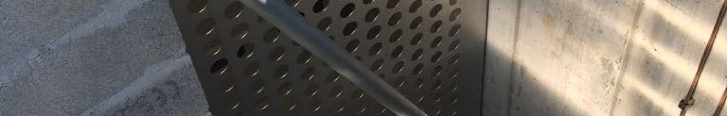 Porte coulissante en inox aérée vue extérieur